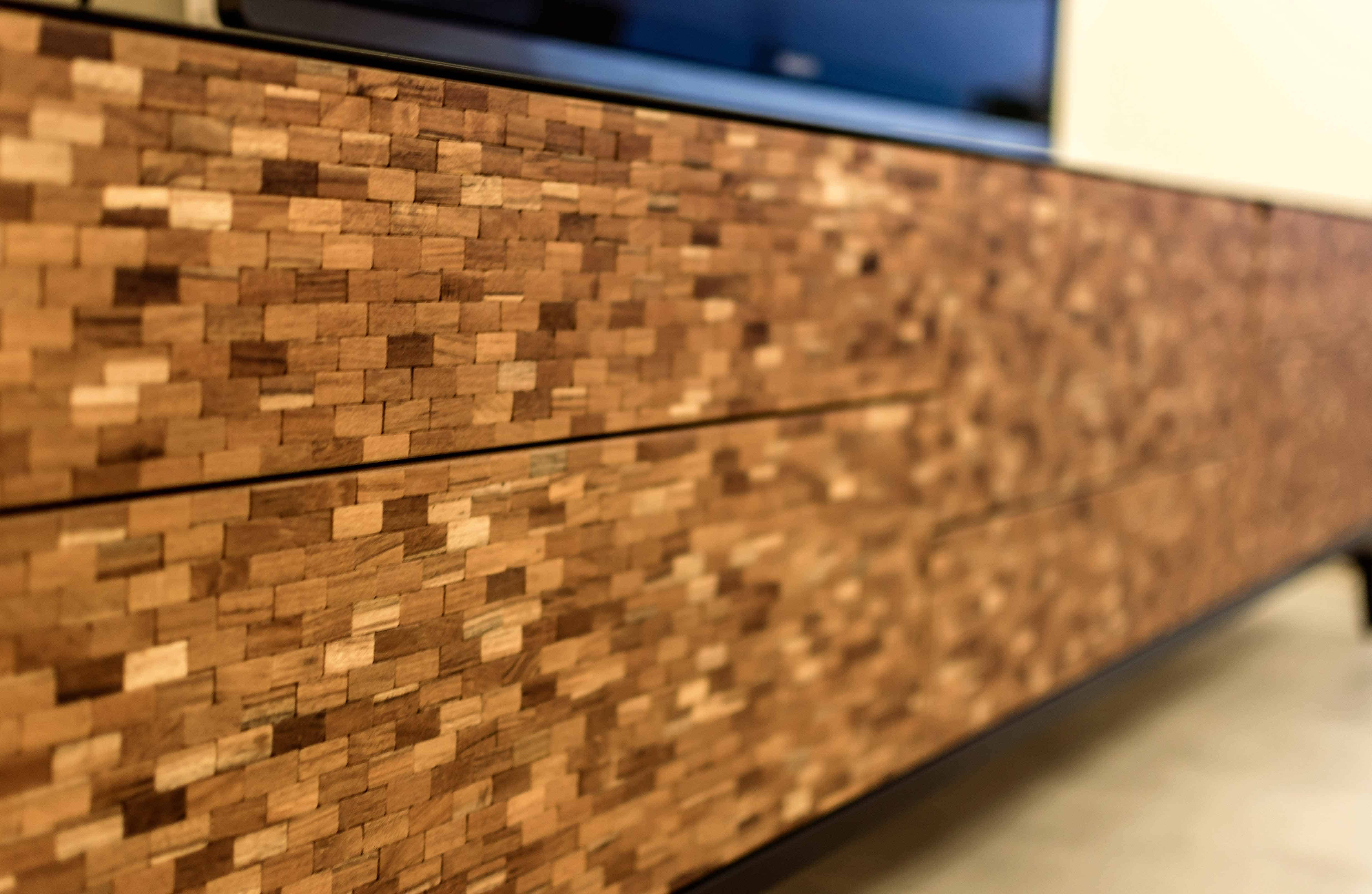 חזית שידת סלון עשויה ריבוועי עץ טיק בדירה בכפר סבא הירוקה - עיצוב פנים שירית דרמן