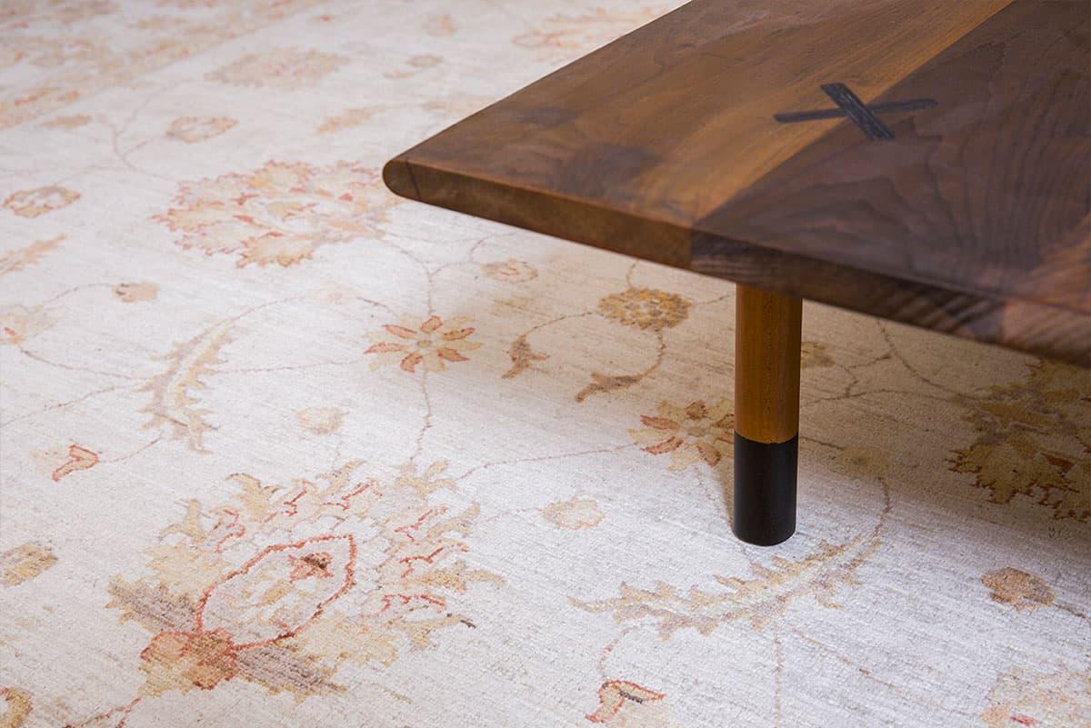 פרט שולחן על שטיח זיגלר בבית פרטי בעמק חפר - שירית דרמן מעצבת פנים