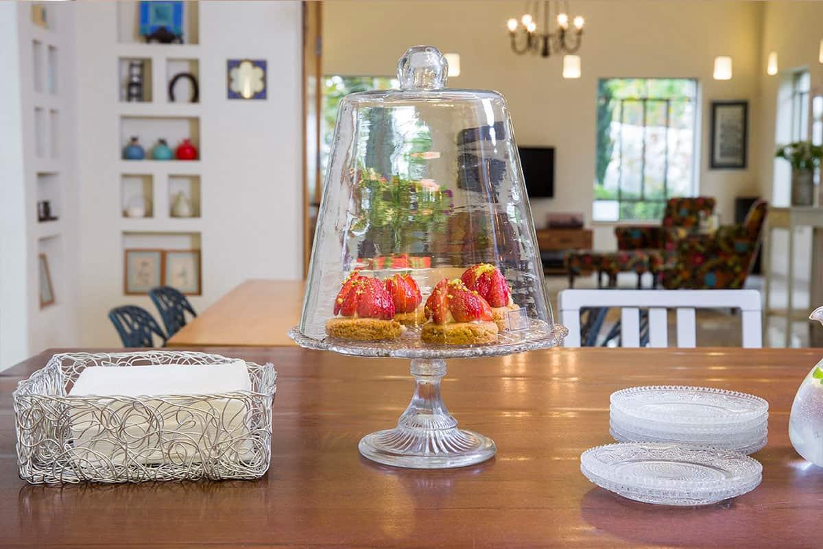 קינוחים מוגשים לשולחן בבית פרטי בעמק חפר - שירית דרמן מעצבת פנים