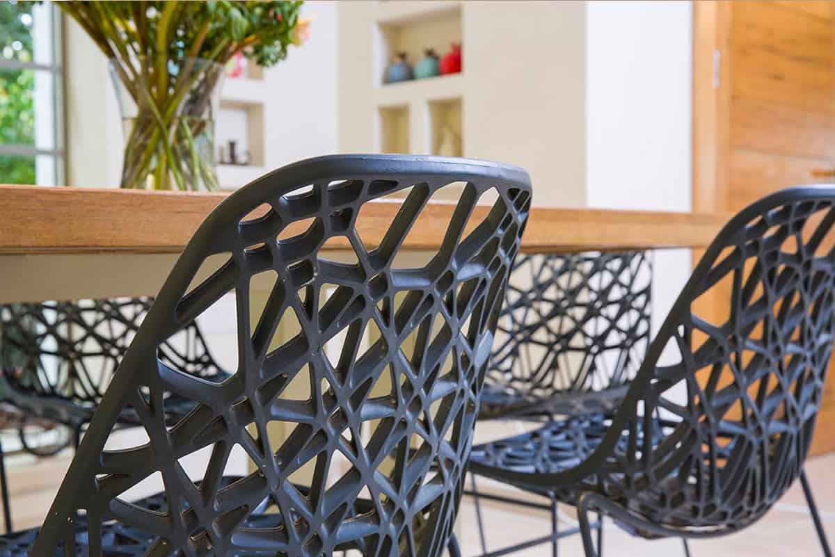 כיסאות שחורים עם עיצוב גאומטרי ובעלי אמירה עיצובית - שירית דרמן מעצבת פנים