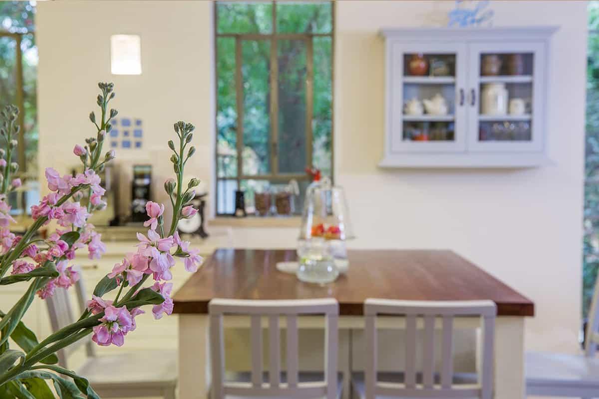 אי במטבח בית פרטי בעמק חפר וסידור פרחים שמציץ - שירית דרמן מעצבת פנים