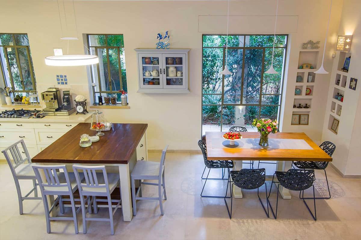 שילוב של תאורה טבעית ומלאכותית המאירים את אי המטבח ואת פינת האוכל - שירית דרמן מעצבת פנים ויועצת תאורה