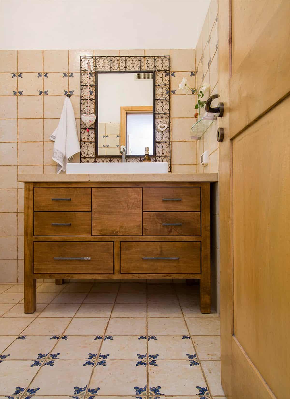 אריחים מצוירים על רצפת שרותי האורחים - עיצוב פנים שירית דרמן