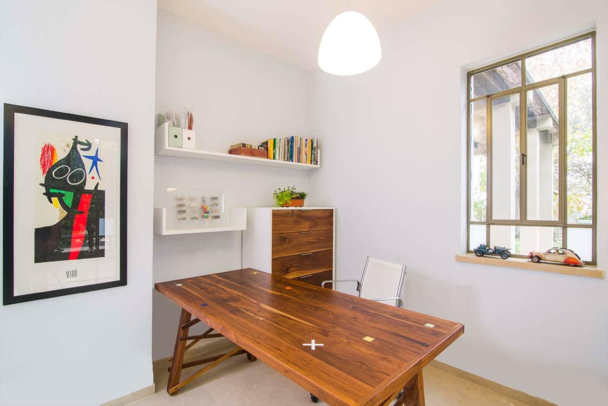 שולחן עבודה ייחודי מעץ אגוז אמריקאי בחדר עבודה בבית פרטי בעמק חפר - שירית דרמן מעצבת פנים
