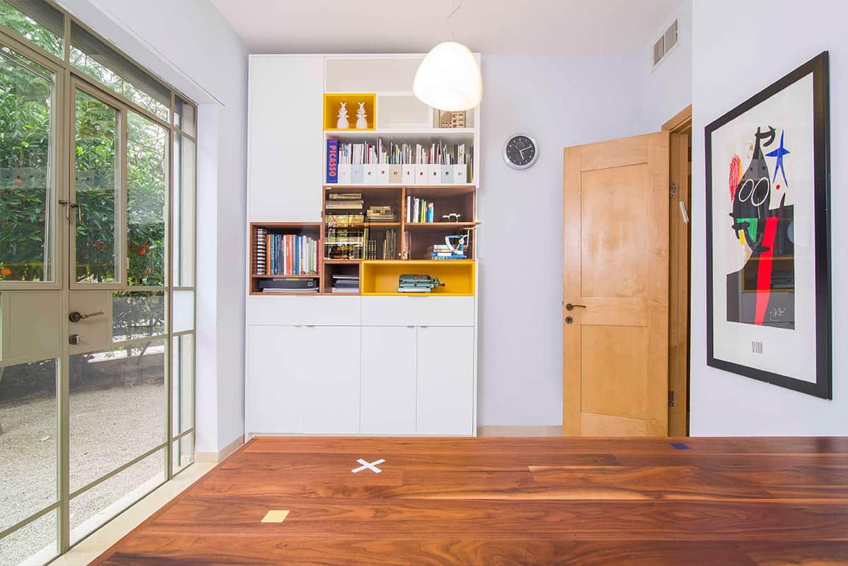 ספרייה עם חלוקה א-סימטרית בחדר עבודה בבית פרי בעמק חפר - תכנון נגרות שירית דרמן, מעצבת פנים