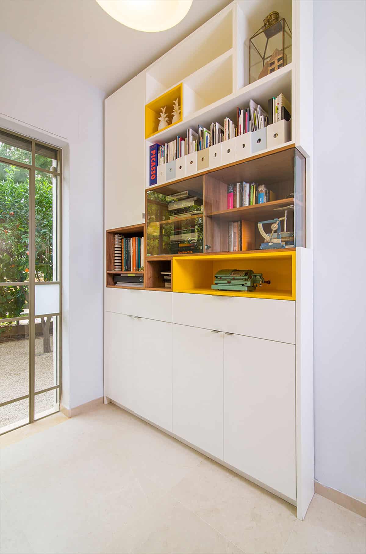 ספריה בבית פרטי בעמק חפר - קוביות צבעוניות ודלתות זכוכית - שירית דרמן מעצבת פנים