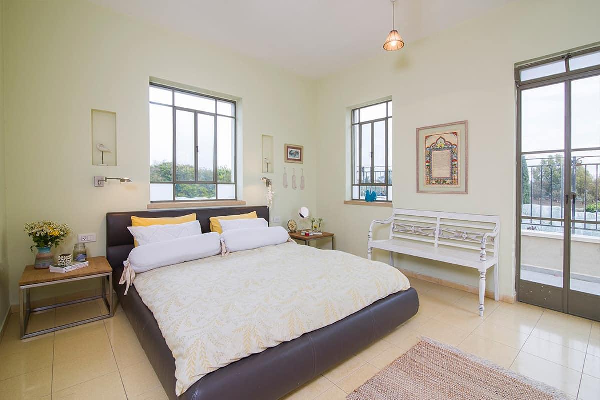חדר שינה בבית פרטי בעמק חפר עם רהיטים מחומרים טבעיים - שירית דרמן מעצבת פנים