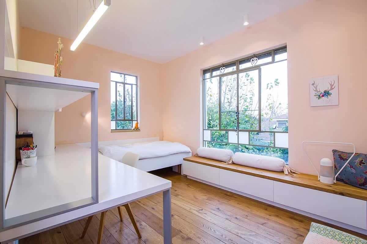 חדר שינה מואר לנערה עם ספסל ישיבה ארוך המשמש גם לאחסון - שירית דרמן מעצבת פנים ויועצת תאורה