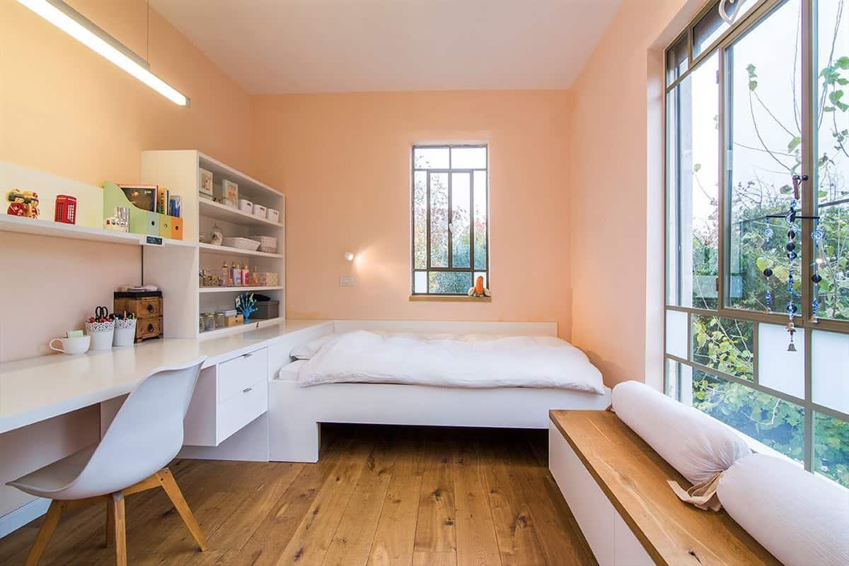 חדר של נערה מרוצף פרקט גושני טבעי ונגרות לבנה בבית פרטי בעמק חפר - שירית דרמן מעצבת פנים