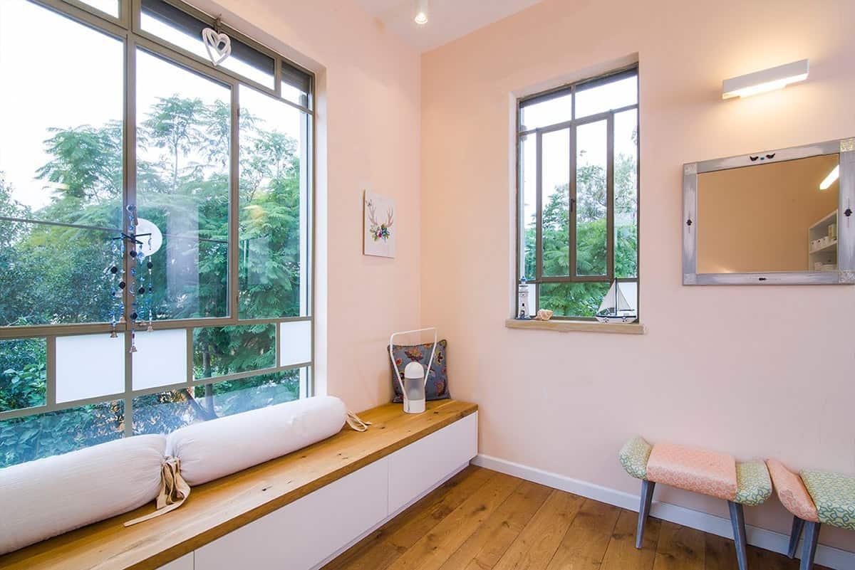 נוף ירוק הנשקף מחלון פנורמי בחדר של נערה בבית פרטי בעמק חפר - שירית דרמן מעצבת פנים