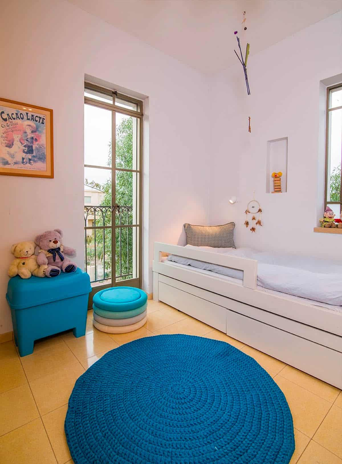 שטיח כותנה עגול בצבע טורקיז בחדר של ילד צעיר בבית פרטי בעמק חפר - שירית דרמן מעצבת פנים