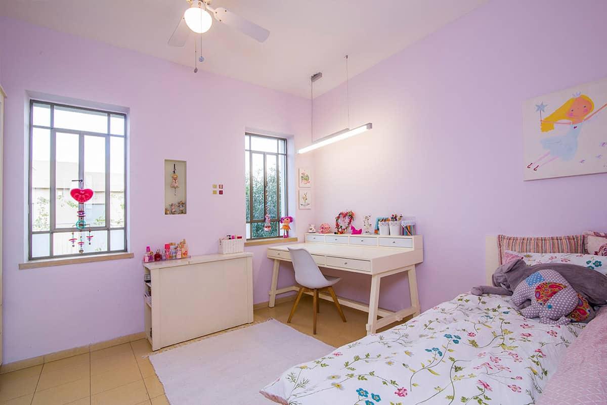 חדר שינה מואר של נערה, הצבוע בצבע סגלגל, בבית פרטי בעמק חפר - מעצבת פנים שירית דרמן