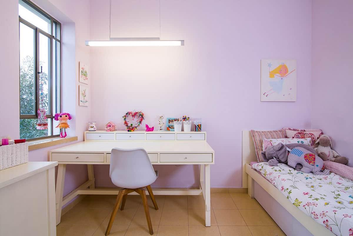 שולחן כתיבה רחב בחדרה של נערה בבית פרטי בעמק חפר, המואר עם גוף מלבני תלוי מעליו - שירית דרמן מעצבת פנים ויועצת תאורה