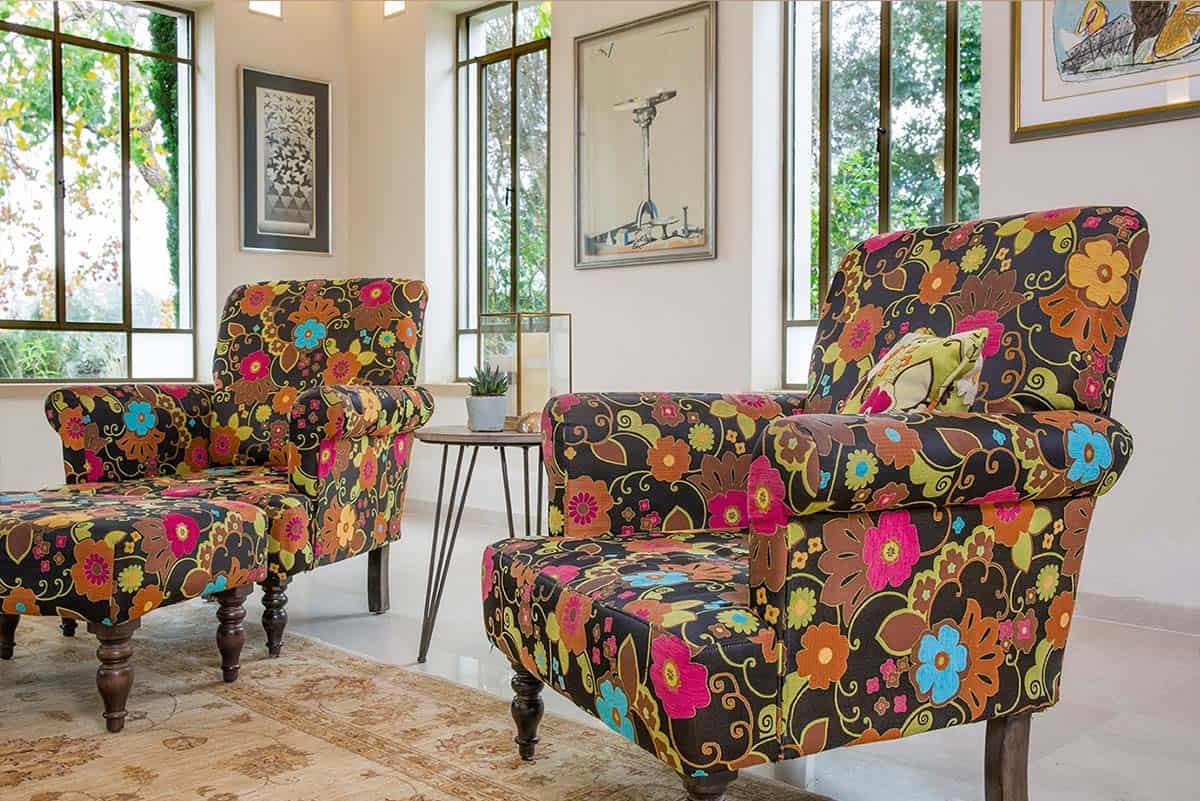 זוג כורסאות פרחוניות בסלון - שירית דרמן מעצבת פנים