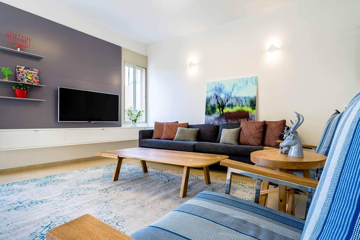 מבט אל נגרות קיר הטלויזיה בסלון בבית פרטי באבן יהודה - שירית דרמן מעצבת פנים ויועצת תאורה