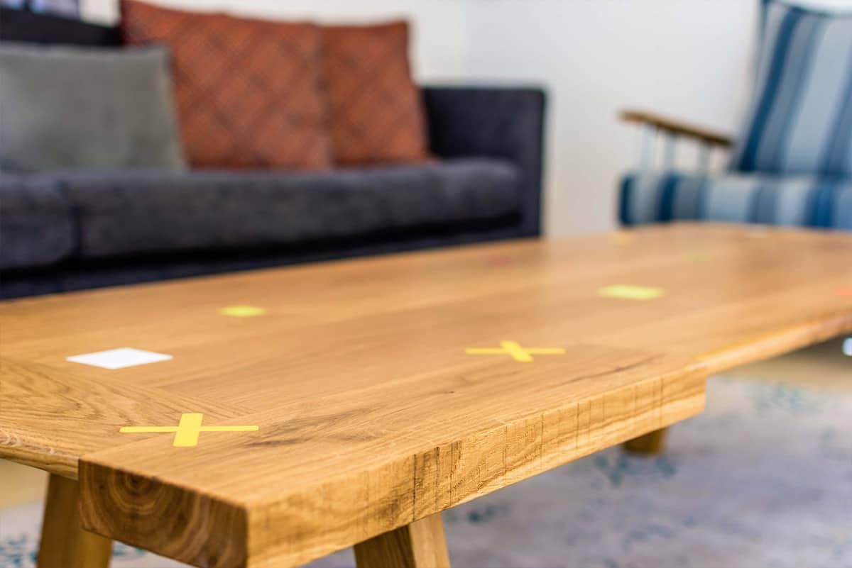 שולחן סלון א-סימטרי מעץ מלא עם הטבעות מקוריאן בבית פרטי באבן יהודה - שירית דרמן מעצבת פנים ויועצת תאורה