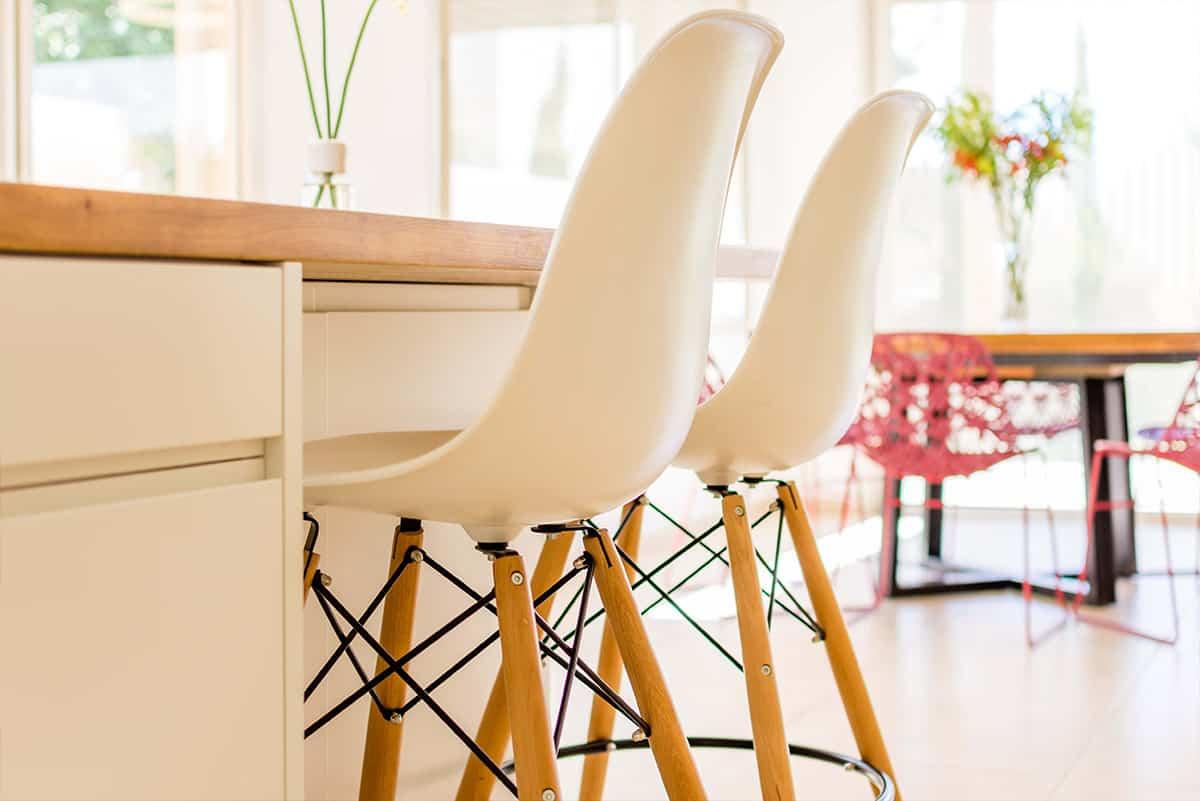 גאומטריה של כיסאות הבר הלבנים עם רגלי העץ בבית פרטי באבן יהודה, שירית דרמן מעצבת פנים