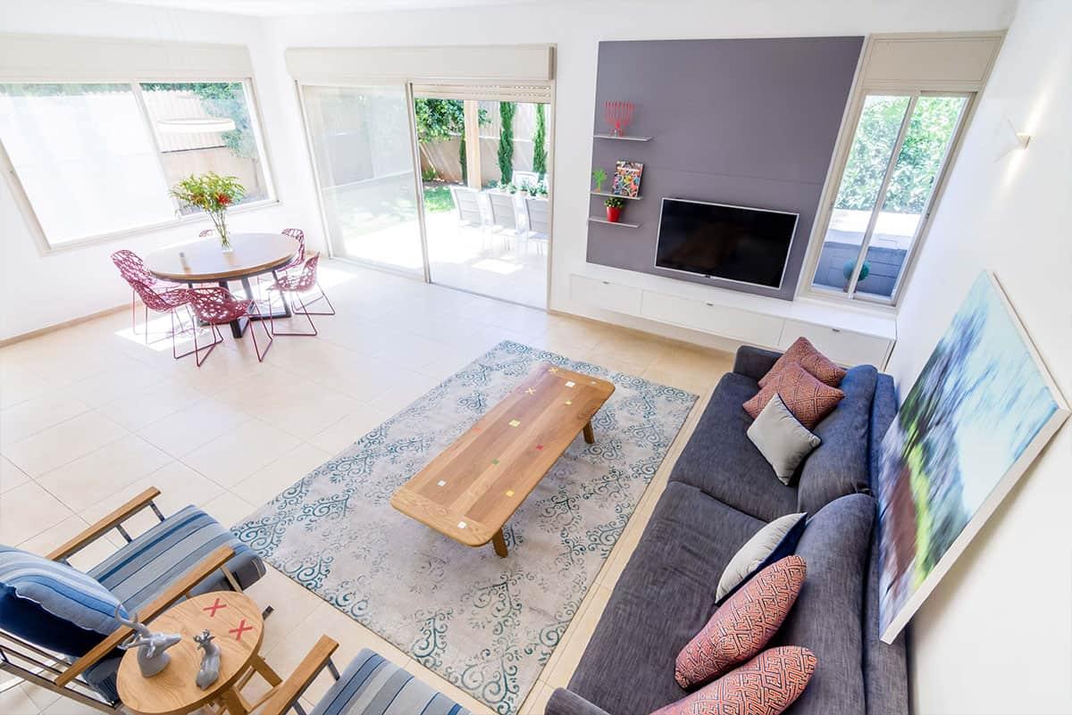 מבט מלמעלה של הסלון ופינת האוכל בבית פרטי באבן יהודה, בעיצובה של שירית דרמן