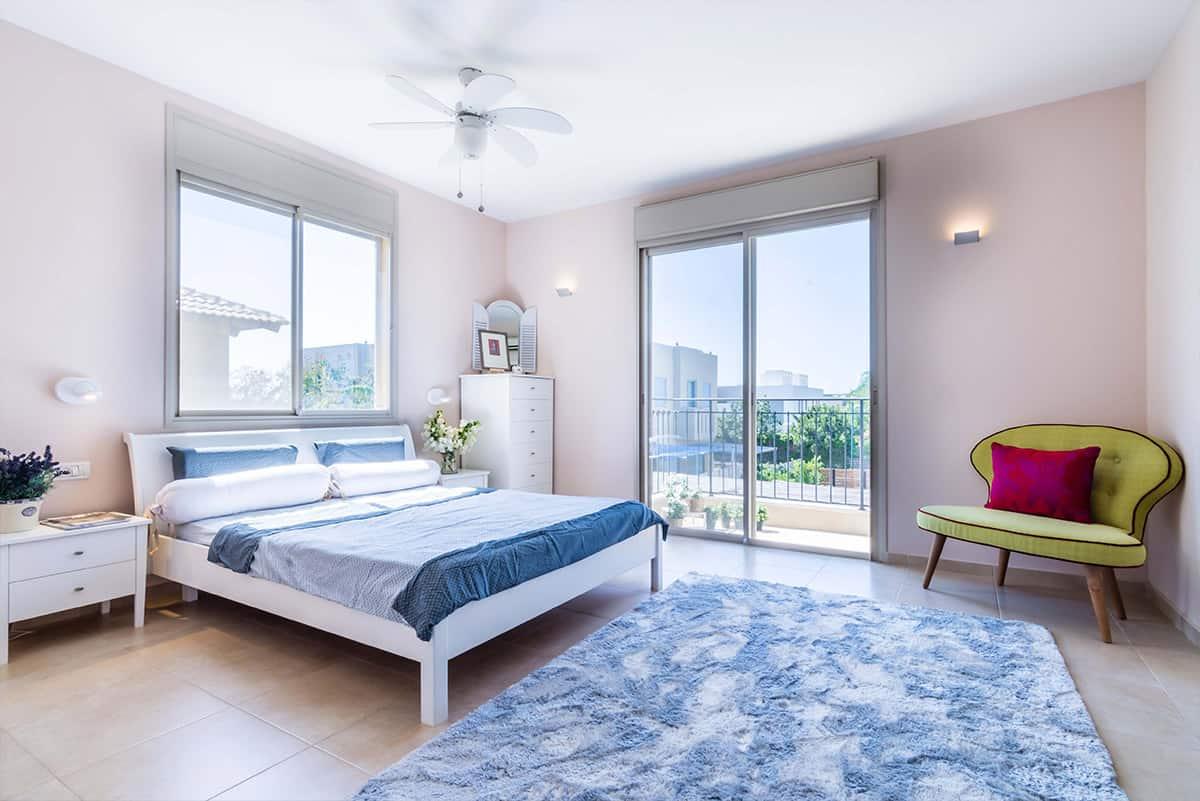 חדר שינה גדול ומואר עם מרפסת, בבית פרטי באבן יהודה - שירית דרמן מעצבת פנים ויועצת תאורה