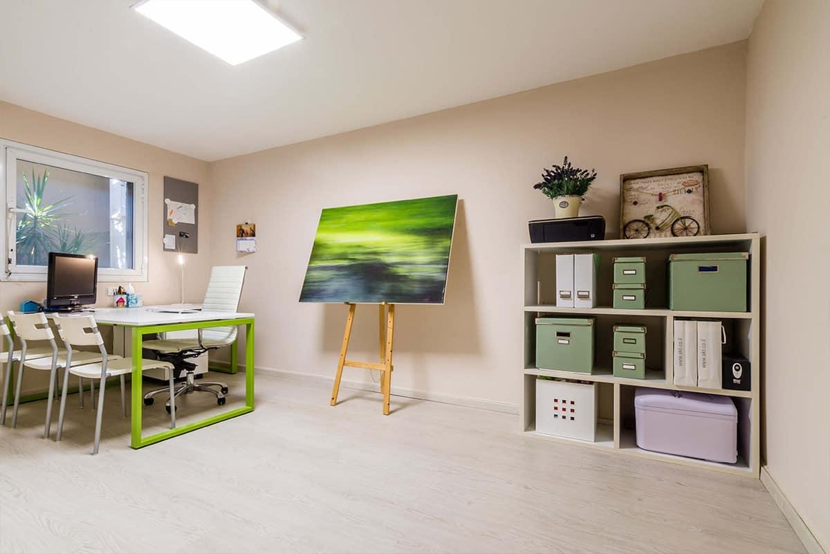 המשרד הביתי בצבעוניות עליזה של לבן וירוק, שירית דרמן מעצבת פנים ויועצת תאורה