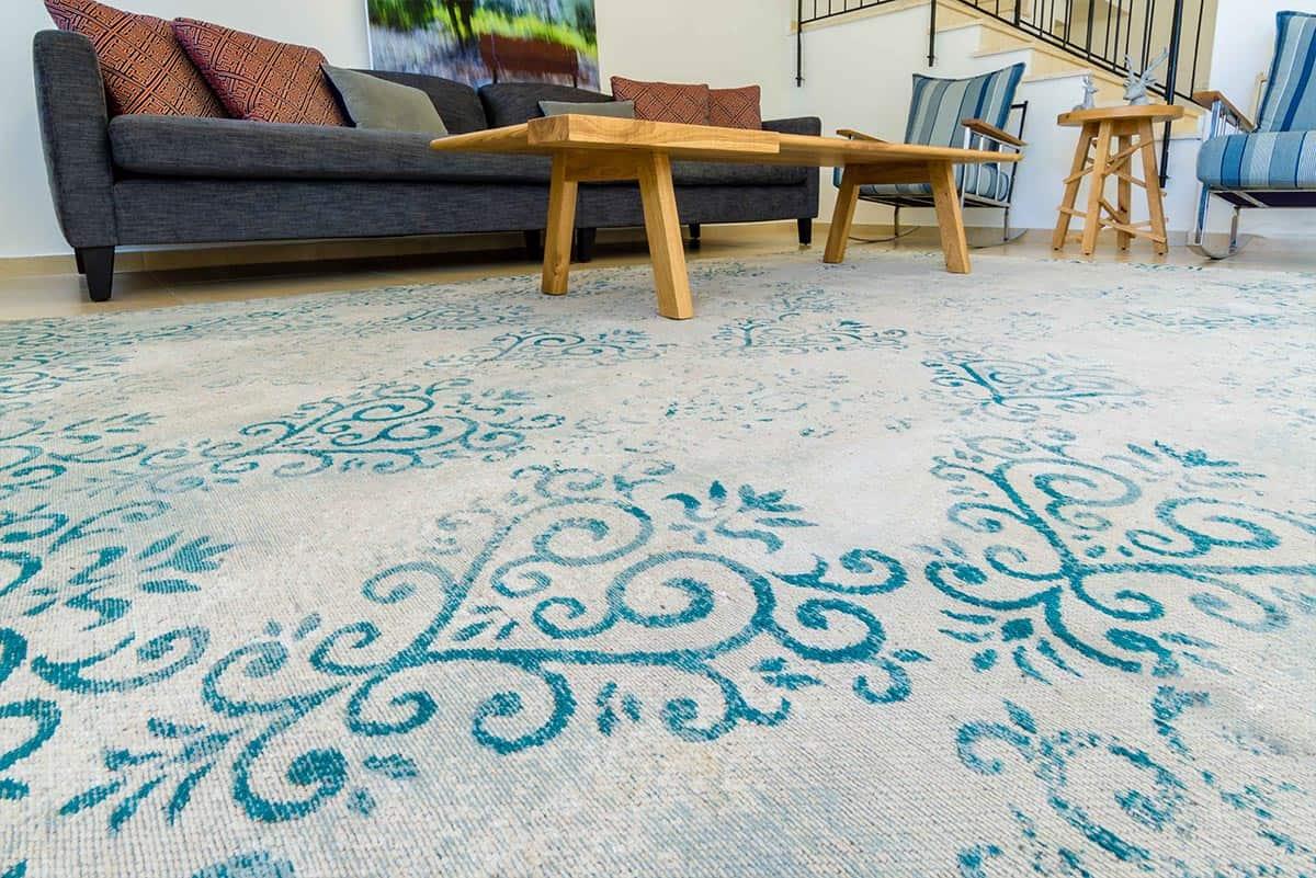 שטיח ייחודי בסלון באבן יהודה - שירית דרמן מעצבת פנים