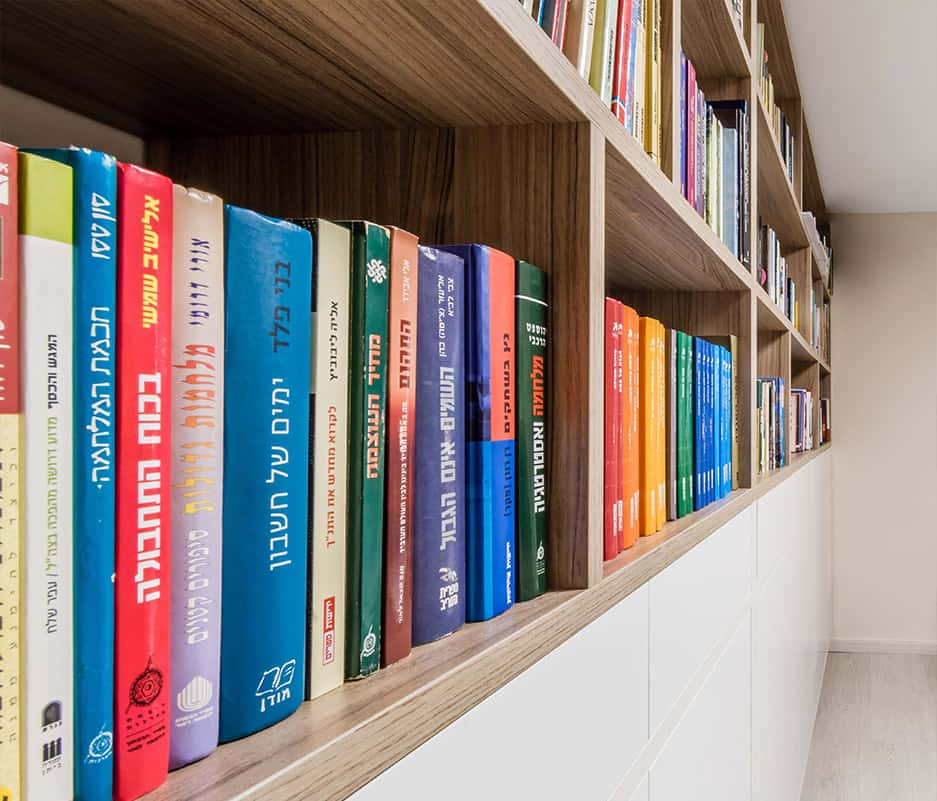 ספרים מסודרים בארון הספרייה בבית פרטי באבן יהודה - תכנון ועיצוב פנים נעשה על ידי שירית דרמן