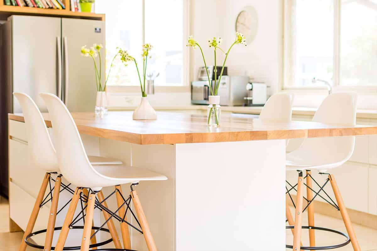 צבעוניות לבנה עם נגיעות של עץ במטבח בבית פרטי באבן יהודה - תכנון ועיצוב פנים שירית דרמן