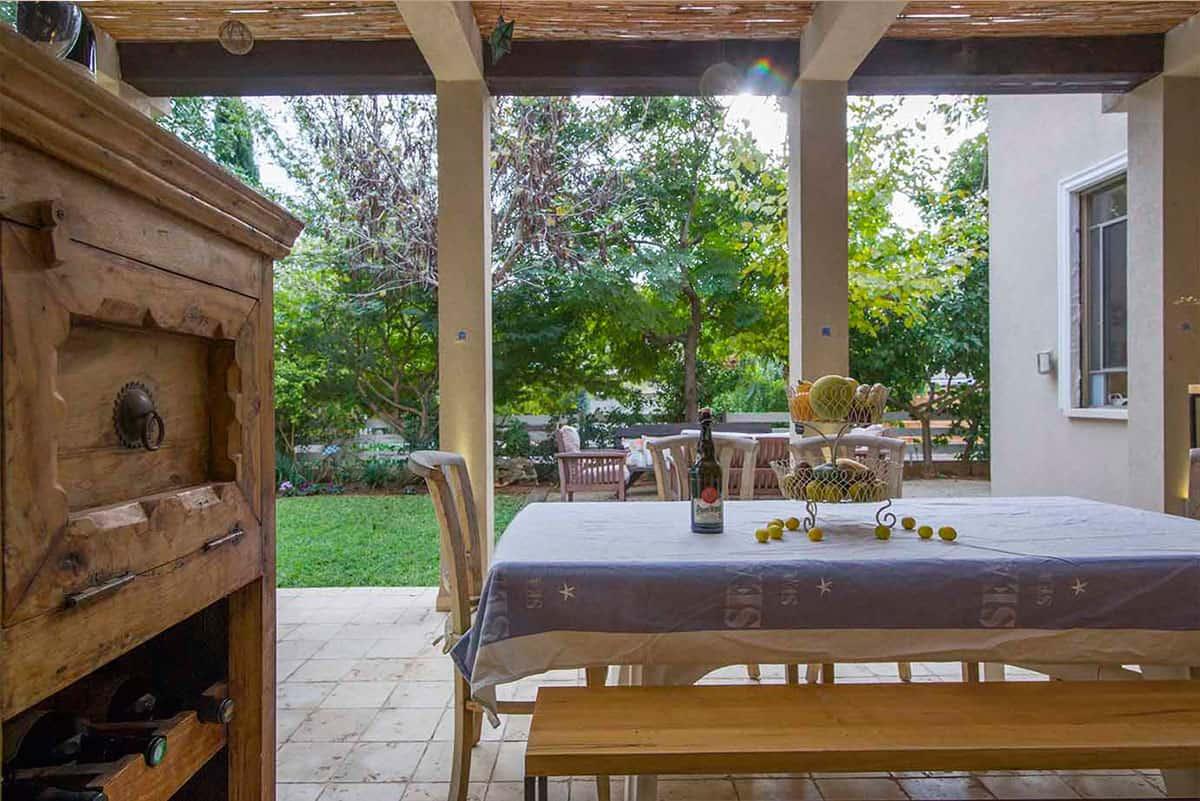 שידת יין ומשקאות בגינה - שירית דרמן מעצבת פנים