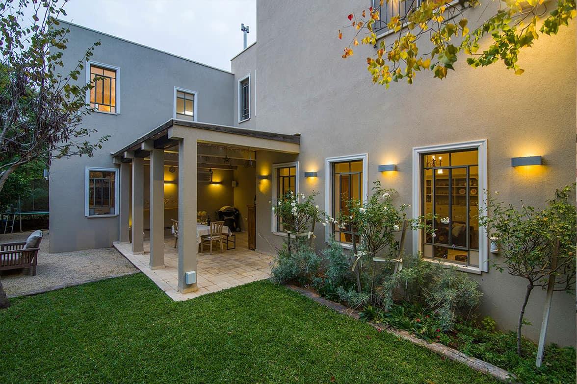 חזרתיות היוצרת מקצב אדריכלי של תאורה בגינה בבית פרטי - שירית דרמן עיצוב פנים ותכנון תאורה