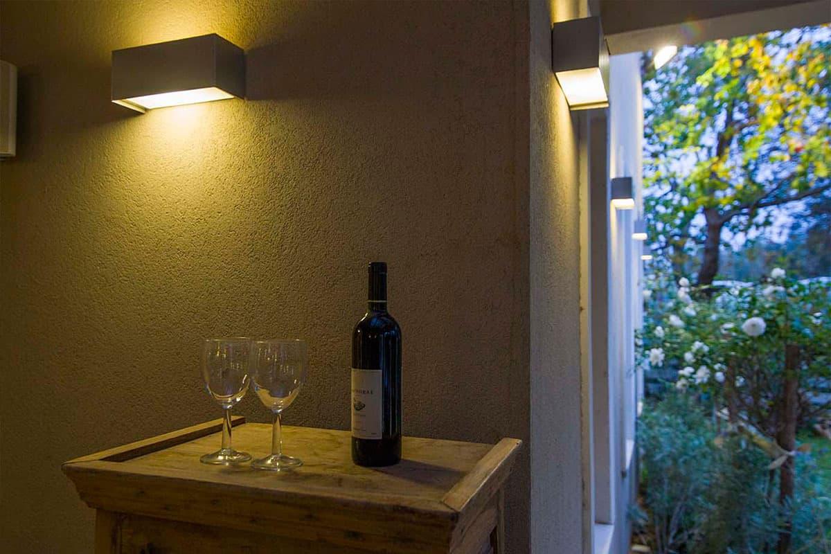 זמן לשתות יין בגינה בשעות השקיעה היפה - שירית דרמן מעצבת פנים ויועצת תאורה