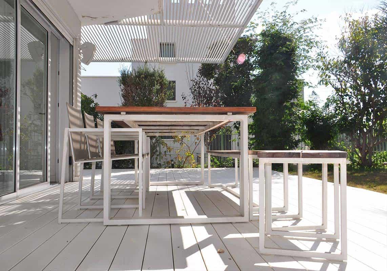 דק לבן עם ריהוט גן מודרני מברזל לבן ועץ גושני בגינת בית פרטי בהוד השרון - שירית דרמן מעצבת פנים