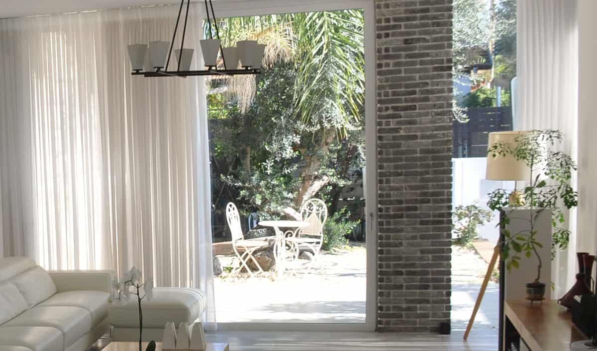 קירות מסך מזכוכית עם עמוד בריקים דקורטיבי - שירית דרמן מעצבת פנים