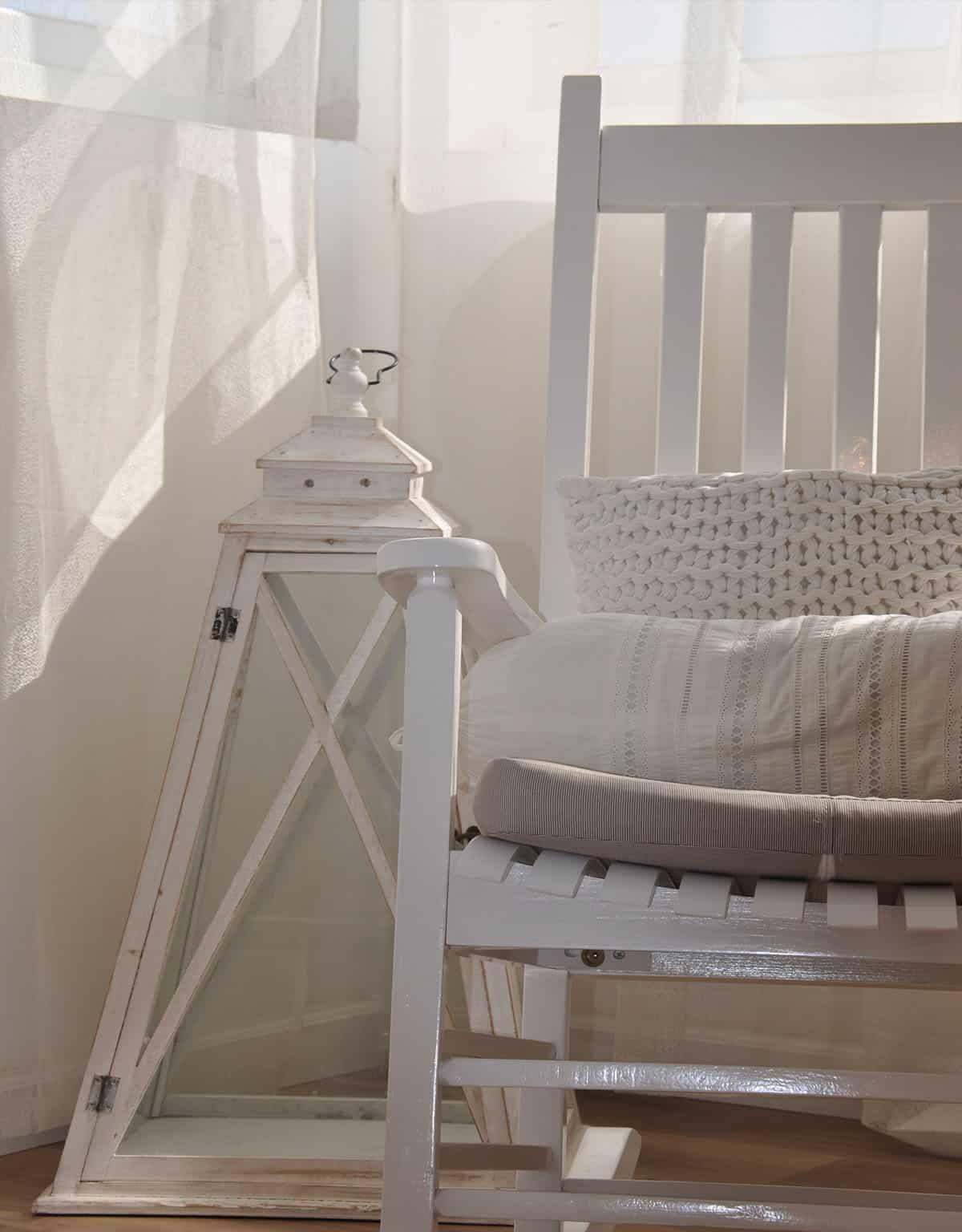 כיסא נדנדה מעץ לבן ועששית לבנה גדולה - שירית דרמן מעצבת פנים
