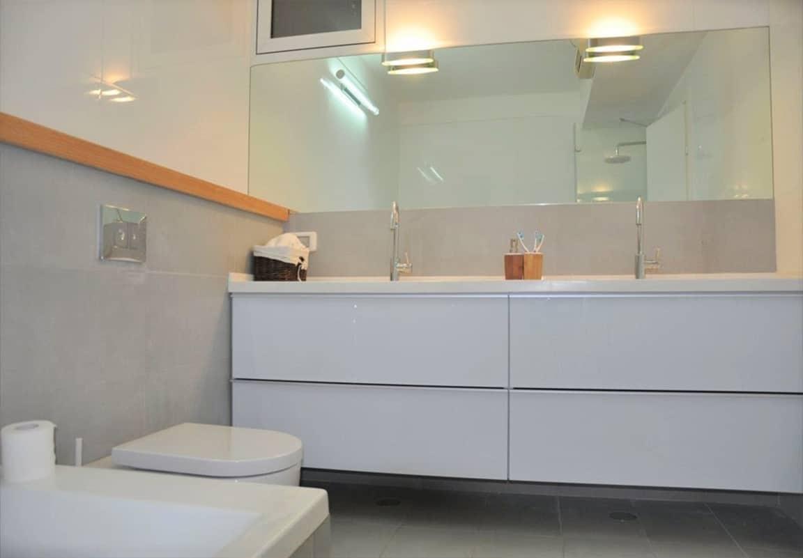 חדר רחצה בצבעים מרגיעים של אפור, לבן ועץ - שירית דרמן מעצבת פנים