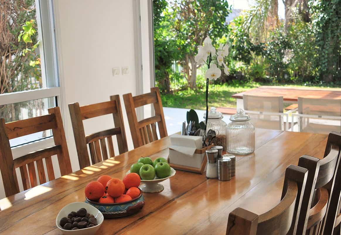 שולחן אוכל המשקיף לגינה בבית פרטי בהוד השרון - שירית דרמן מעצבת פנים