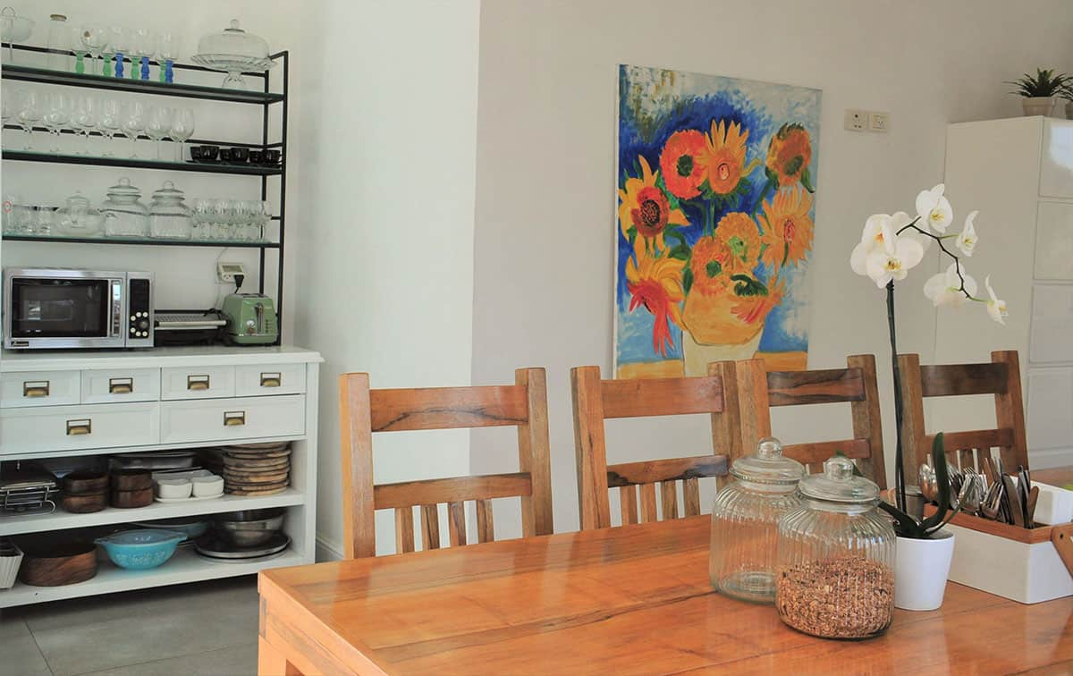 תמונה צבעונית המקשטת את המטבח הלבן בבית פרטי בהוד השרון - שירית דרמן מעצבת פנים