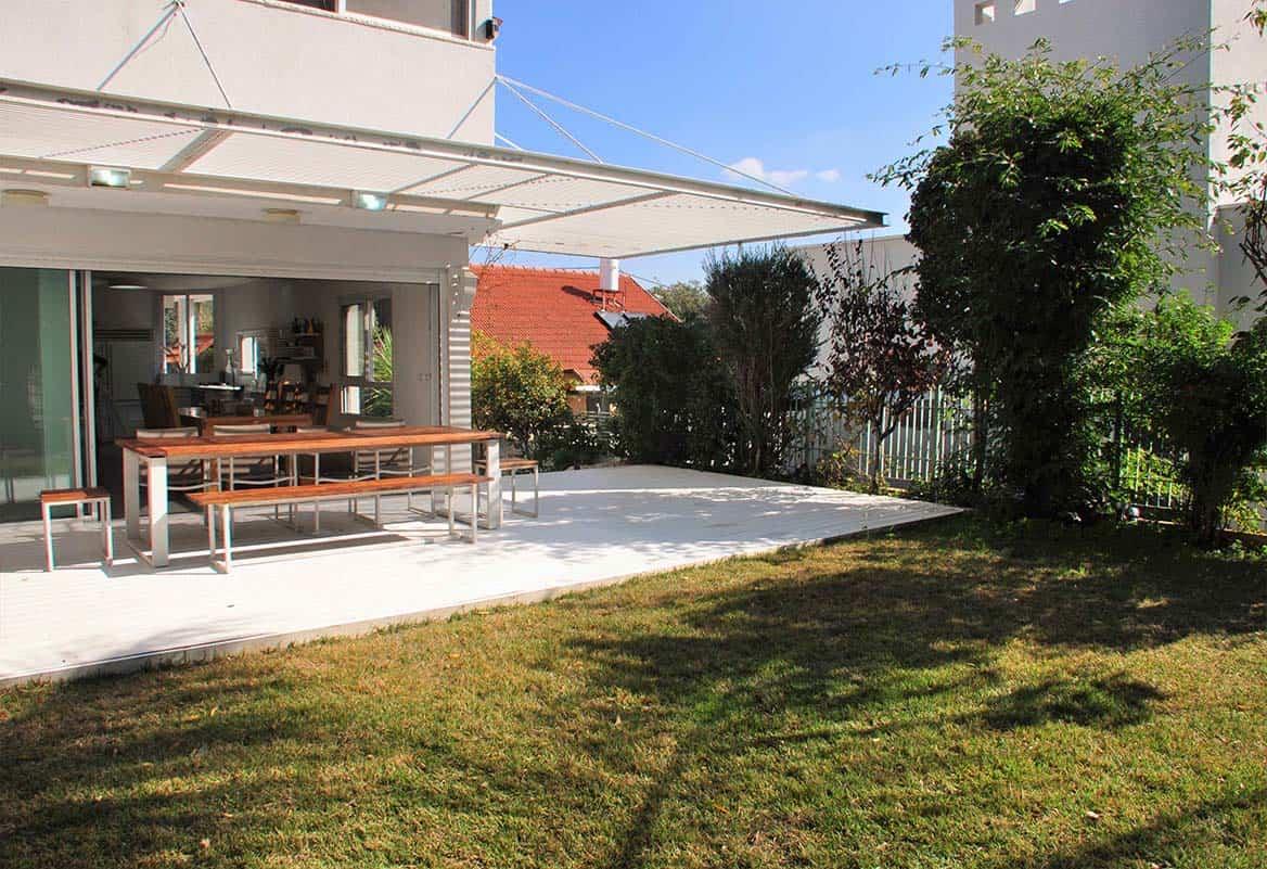 פרגולה תלויה ודק לבן בחצר גינת בית פרטי בהוד השרון - שירית דרמן מעצבת פנים