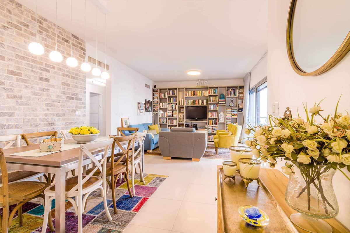 פינת אוכל וסלון בדירה בעיר ימים - שירית דרמן, עיצוב פנים ותכנון תאורה