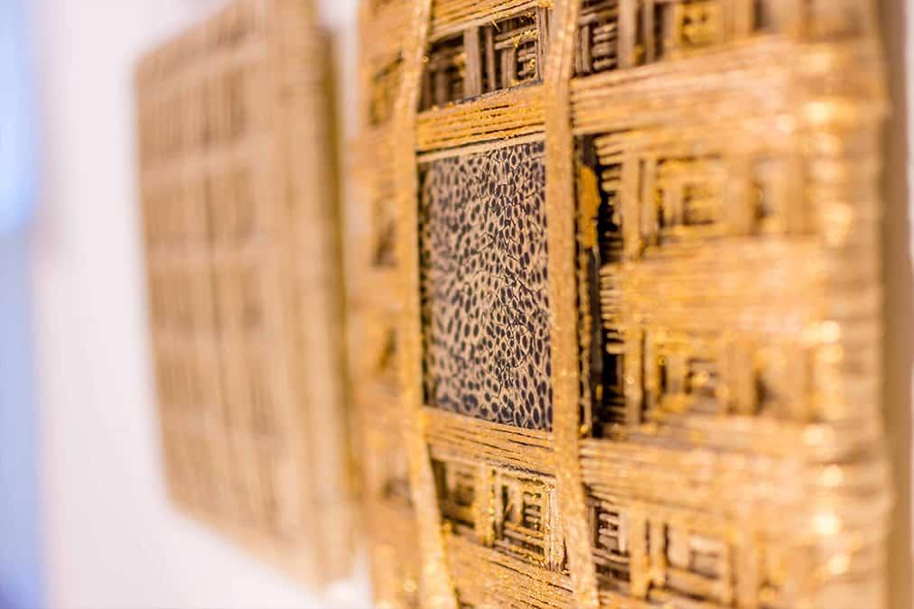 עבודת אמנות עשויה מאמייל וחבלים, על קיר חדר שינה בדירה בעיר ימים - שירית דרמן מעצבת פנים