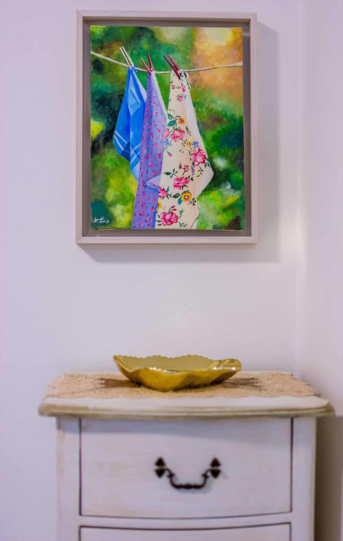 תמונה תלויה על קיר מעל שידת עץ לבנה בחדר שינה - עיצוב פנים, שירית דרמן
