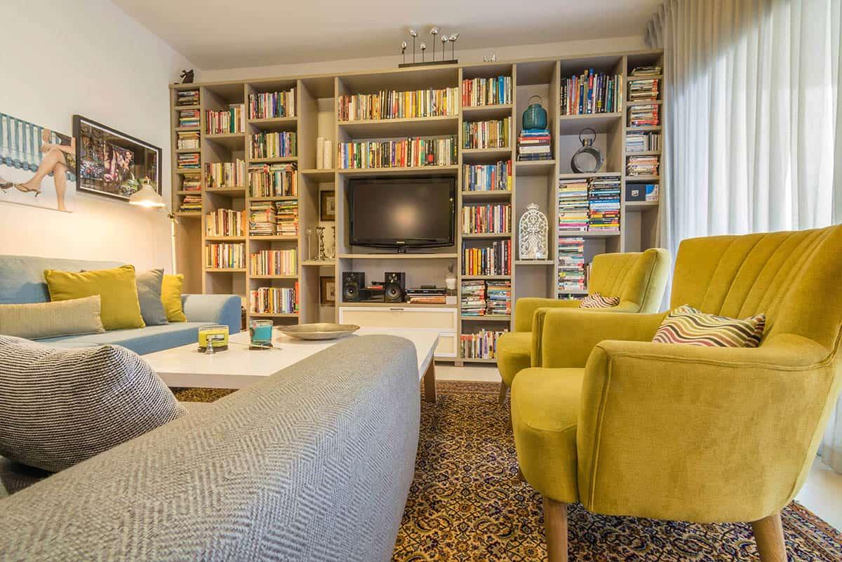 שתי כורסאות קטיפה בצבע חרדל, כורסה רחבה מאריג תכלכל-אפרפר וספה כחולה, בדירה בעיר ימים - שירית דרמן מעצת פנים