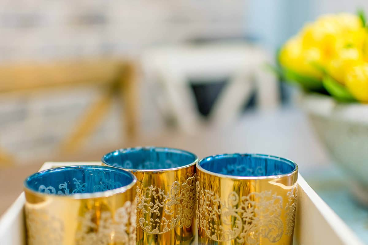 כוסות דקורטיביות מעוטרות בצבעי זהב וטורקיז - מעצבת פנים שירית דרמן