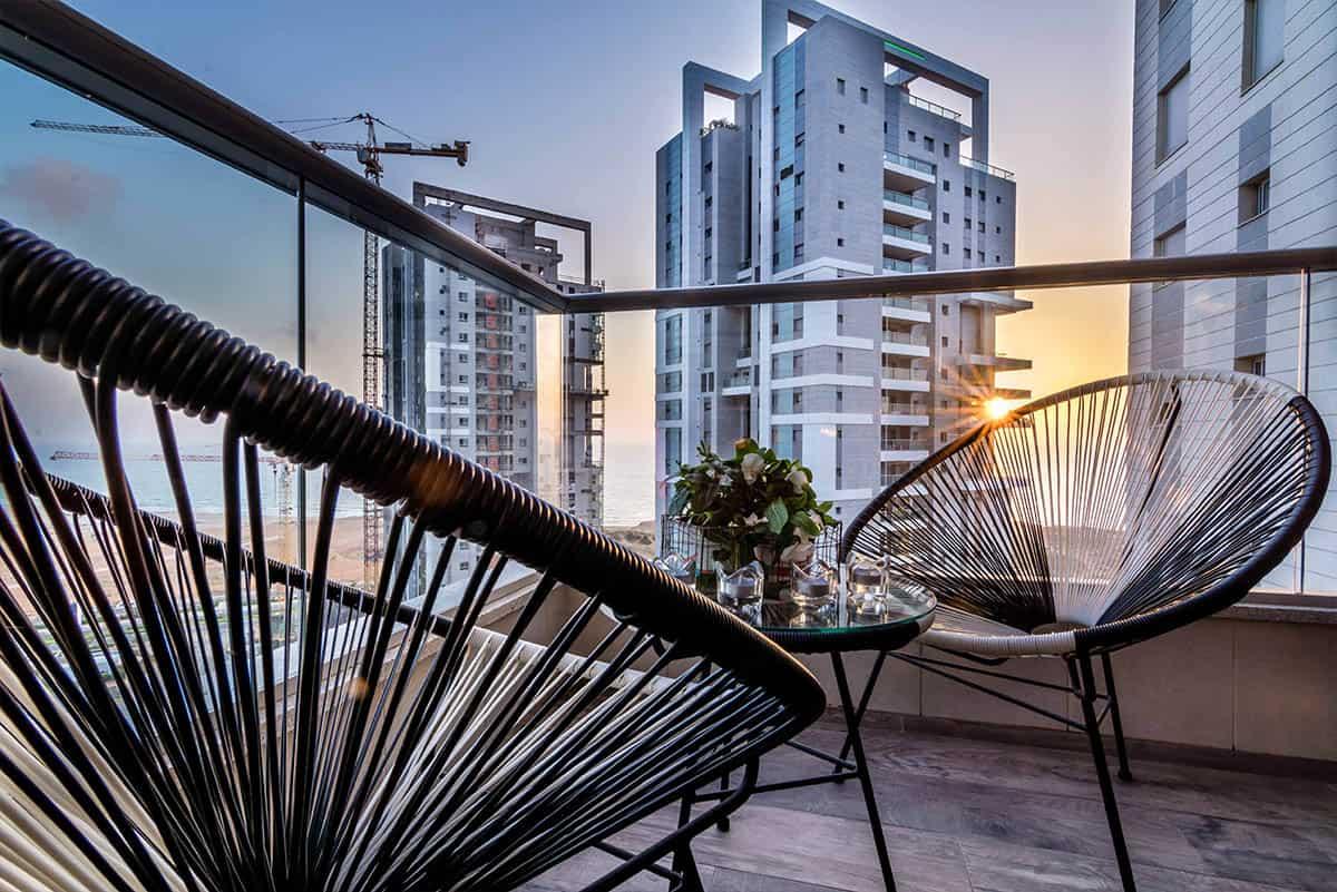 ריהוט גן קלוע במרפסת דירה בעיר ימים הצופה על הים - שירית דרמן מעצבת פנים
