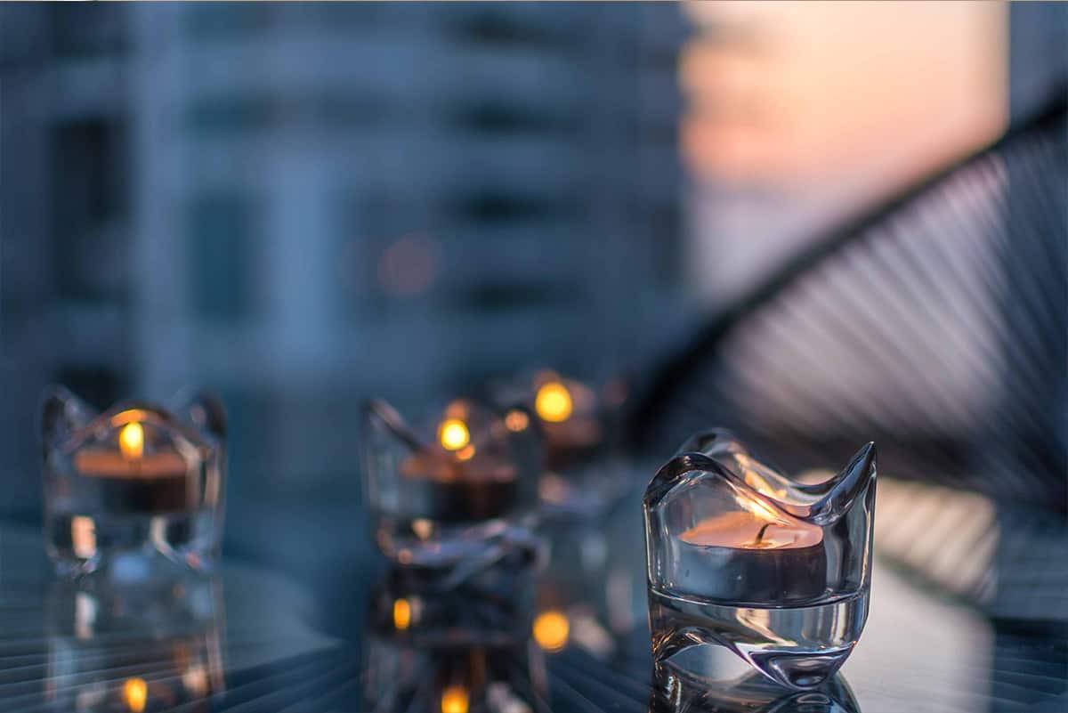 נרות מוארים בתוך קעריות זכוכית במרפסת דירה בעיר ימים, מעצבת פנים - שירית דרמן