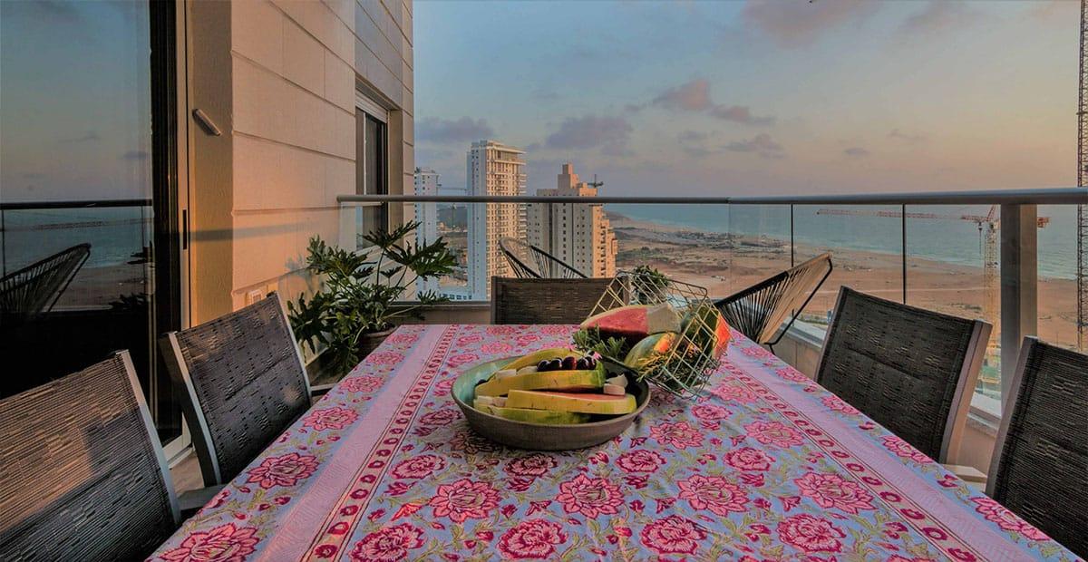 שעת השקיעה במרפסת הדירה בעיר ימים הצופה אל הים - שירית דרמן מעצבת פנים