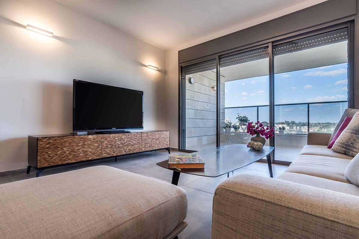 מבט אל שידת הסלון המעוצב בדירה בכפר סבא - שירית דרמן מעצבת פנים