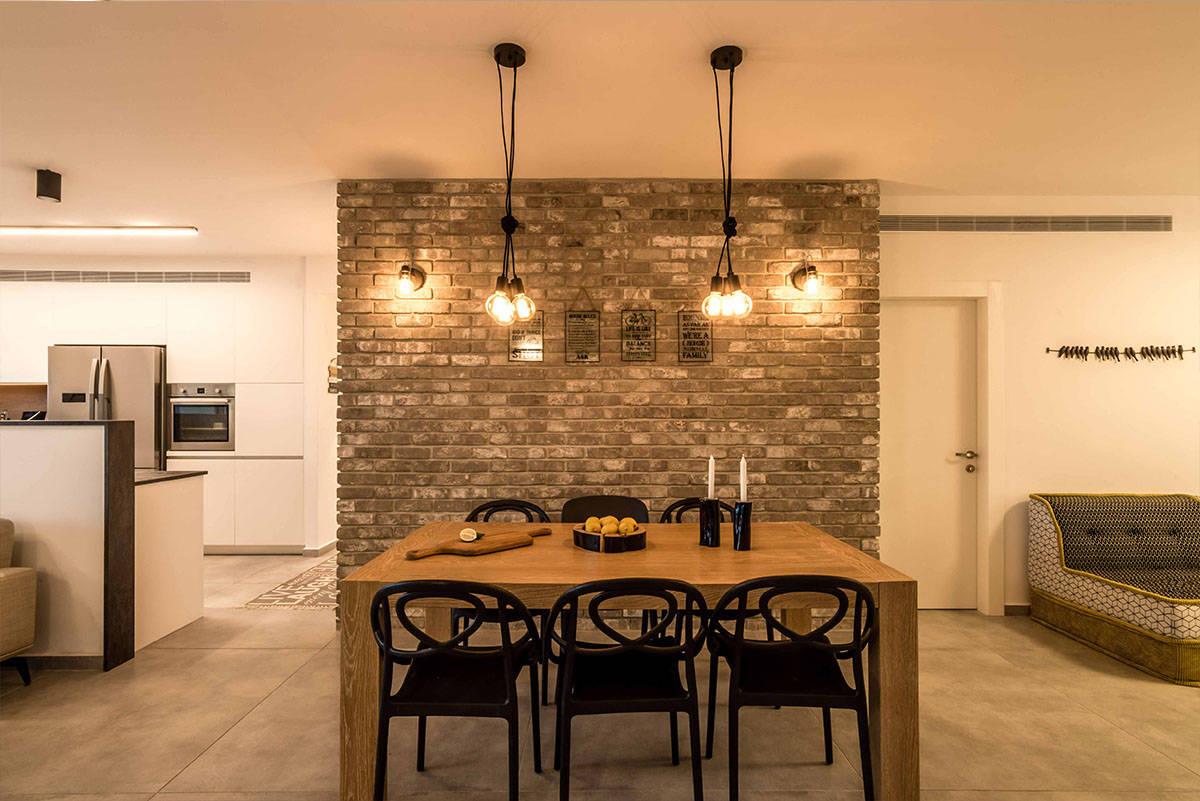 קיר בריקים אפור המואר בתאורת פחם חמה - שירית דרמן מעצבת פנים ויועצת תאורה