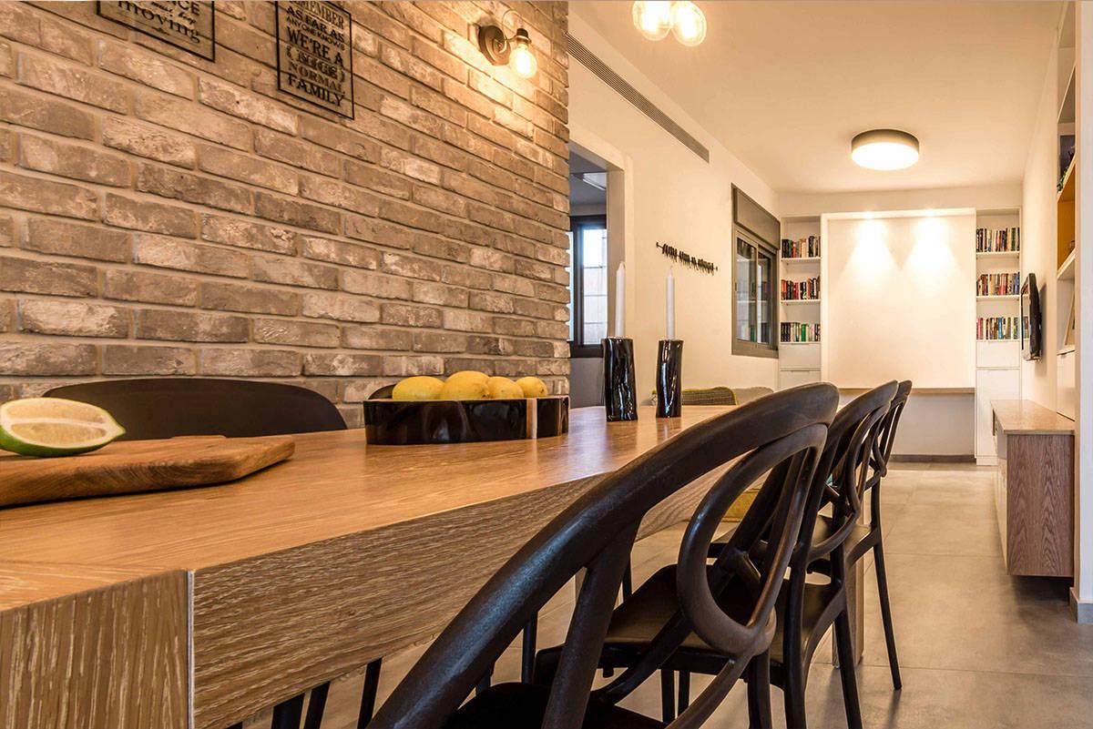 כיסאות שחורים בפינת האוכל בדירה בכפר סבא הירוקה - שירית דרמן מעצבת פנים