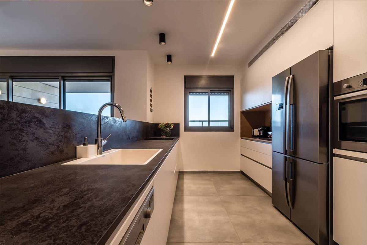 מטבח מודרני עם משטח למינם בדירה בכפר סבא הירוקה - שירית דרמן מעצבת פנים ויועצת תאורה