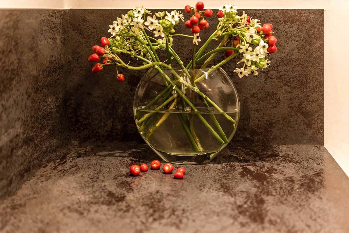 זר פרחים על משטח מטבח מודרני - שירית דרמן מעצבת פנים